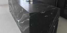 Küchenblock auf Gehrung mit fortlaufender Struktur